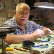 Uhrmachermeister Peter Miller gehört zu den sechs Handwerkerinnen und Handwerkern aus dem Unterallgäu, die wir zum Tag des Handwerks vorstellen.