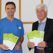 Chefarzt Dr. Manfred Nuscheler (links) und der bisherige Impfkoordinator im Unterallgäu, Dr. Max Kaplan, werben fürs Impfen. In einer eigenen Broschüre haben sie die Argumente im Kampf gegen die Covid-19-Erkrankung zusammengefasst.