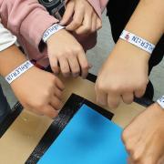 Sie haben gewählt und ihr Interesse an der Politik bekundet: Stolz präsentieren die jungen Leute ihre Armbänder, die sie nach der U18-Wahl bekommen haben.