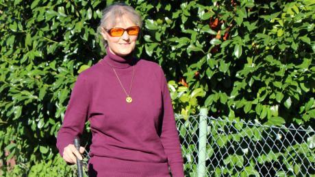 Mit dem Blindenstock ist Michaela Bayerle sonst nur auf unbekanntem Terrain unterwegs und auch das Blindenabzeichen trägt sie in Türkheim für gewöhnlich nicht. Mit der Brille kann die 48-Jährige zwar auch nicht besser sehen, sie filtert aber Strahlung heraus, die für die Netzhaut schädlich ist, und die Farbe entspannt die Augen.