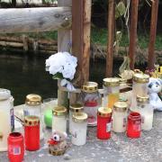 Kerzen, Blumen und Teddys erinnerten im April an das furchtbare Unglück, das sich einen Monat zuvor in Mindelheim ereignet hat: Ein Zweijähriger war in den Mindelkanal gestürzt und ertrunken. Er hatte mit seiner Kindergartengruppe eine nahe gelegenen Spielplatz besucht.