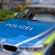 Die Polizei sucht nach einem Mann, der in Türkheim nach einem Raubversuch Frauen verfolgt hat.