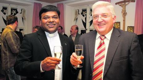 Beim Neujahrsempfang der Marktgemeinde und der Pfarrgemeinde Dirlewang waren Pater Eli und Bürgermeister Alois Mayer die gemeinsamen Gastgeber und stießen auf ein gutes Jahr 2011 an. Foto: hak