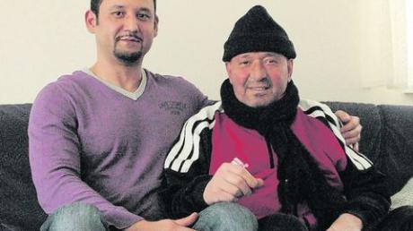 Cengiz Colpan (rechts) und Hüseyin Gezgin (links). Gezgin hat eine Sammelaktion unter den Kollegen von Lang Papier gestartet, die über 800 Euro für den krebskranken Colpan zusammengebracht hat. Foto: Eisele