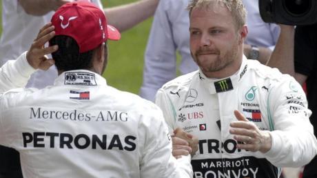 Einen eventuell aufkommenden Konkurrenzkampf zwischen den Mercedes-Piloten Valtteri Bottas (r) und Lewis Hamilton will Motorsportchef Wolff zeitig unterbinden. Foto: Andy Wong/AP
