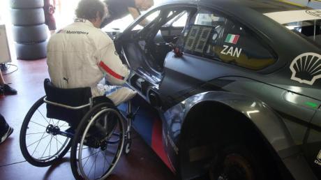 Alessandro Zanardi steigt in einen umgebauten BMW M4 DTM. Foto (Archiv): Andreas Beil/BMW