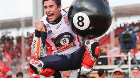 Der Spanier Marc Marquez jubelt nach seinem Sieg mit einer riesigen Billard-Acht.