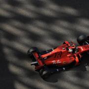 Sebastian Vettel rast in seinem Ferrari über die Yas Marina Rennstrecke. Formel-1-Rennkalender: Zeitplan, Daten und Kalender - TV-Termine. Erstes Rennen: Australien!