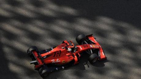 Sebastian Vettel rast in seinem Ferrari über die Yas Marina Rennstrecke.