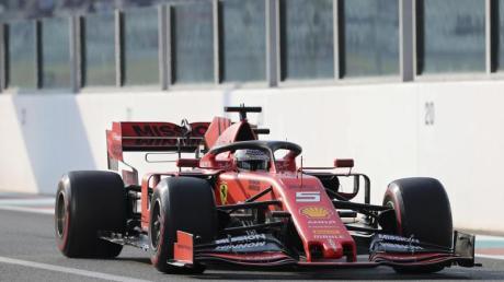 Sebastian Vettel rast in seinem Ferrari über die Strecke.