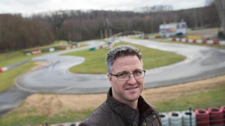 Der ehemalige Formel 1-Rennfahrer Ralf Schumacher steht an der Kartbahn in Kerpen.