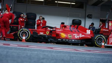 Die Ferrari-Boxencrew arbeitet am Boliden von Charles Leclerc.