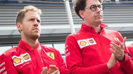 Scuderia-Teamchef Mattia Binotto (r) will bei den Vertragsgesprächen mit Sebastian Vettel (l) nicht zu lange warten.