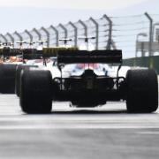 Die Teams der Formel 1 haben sich einem Medienbericht zufolge auf eine Senkung der Budgetobergrenze geeinigt.