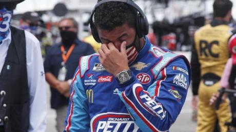 Bubba Wallace (r) vor dem Start des Autorennens der NASCAR Cup Series auf dem Talladega Superspeedway.