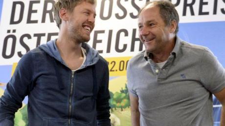 Sebastian Vettel (l) im Gespräch mit dem ehemaligen Ferrari-Piloten Gerhard Berger.