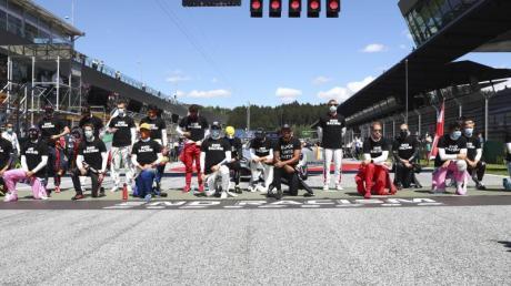 Vor dem ersten Rennen in Spielberg waren 14 der 20 Fahrer auf ein Knie gegangen. Gibt es am Sonntag erneut einen Kniefall?.