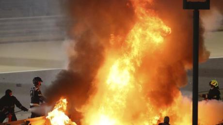 Das Haas-Auto von Romain Grosjean steht in Bahrain in Flammen.