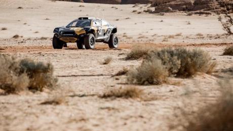 Motorsport für den Umweltschutz:Ein elektrisch betriebener SUV bei einer Testfahrt durch die Wüste.