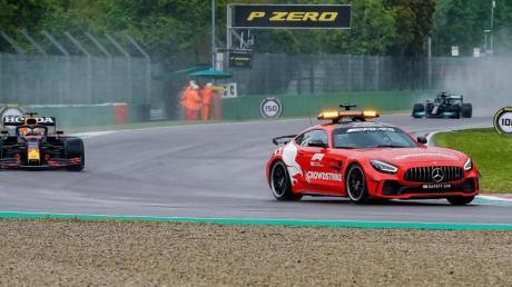 Das Safety Car fährt vor Max Verstappen und Lewis Hamilton auf der Strecke.