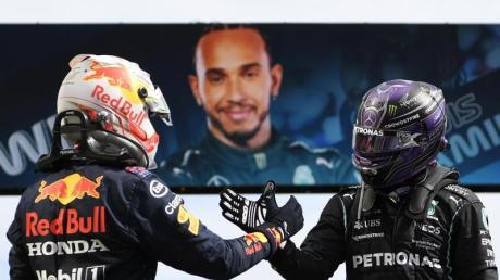 Lewis Hamilton (r) und Max Verstappen liefern sich einen Zweikampf an der Spitze.