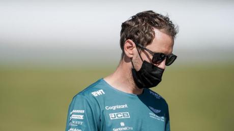 Sebastian Vettel vom Team Aston-Martin trifft an der Rennstrecke in Spanien ein.