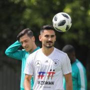 Oliver Bierhoff hofft weitere Diskussionen Mezut Özil (l) und Ilkay Gündogan vertagen zu können. Foto: Christian Charisius