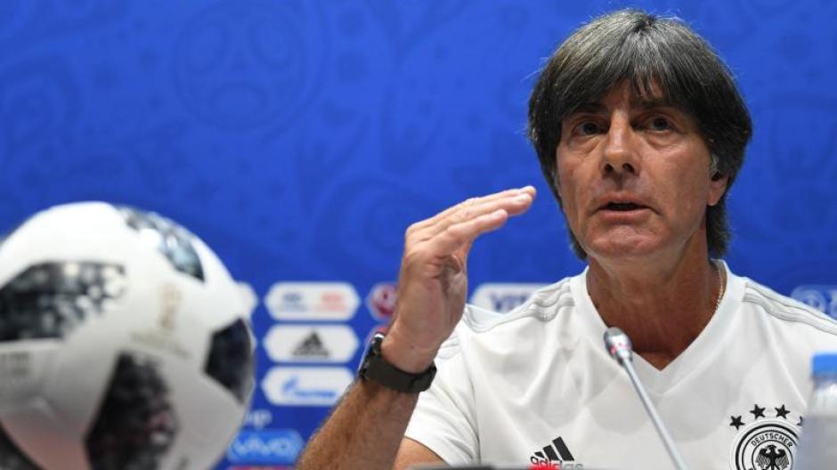 Bundestrainer Joachim Löw will seiner Linie auch im Spiel gegen Schweden treu bleiben. Foto: Ina Fassbender