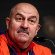 Stanislaw Salamowitsch Tschertschessow ist Nationaltrainer der russischen Mannschaft. Heute die Partie zur Euro 2021: Russland – Dänemark. Hier die Infos zur Übertragung.