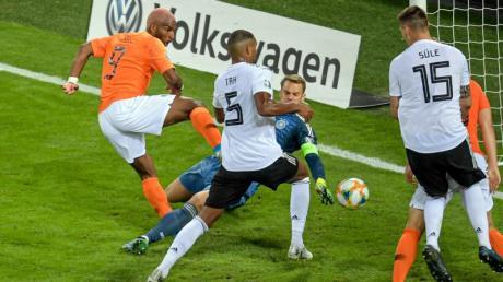 Falsches Gehäuse: Jonathan Tah traf per Eigentor zum 1:1 für die Niederlande. Foto: Axel Heimken
