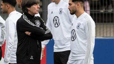 Bundestrainer Joachim Löw im Gespräch mit Suat Serdar (r) beim Training des DFB-Teams. Foto: Bernd Thissen/dpa