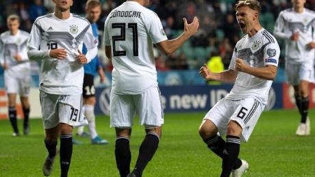 Ilkay Gündogan (M) feiert seinen Treffer mit Joshua Kimmich (r) und Luca Waldschmidt (l).