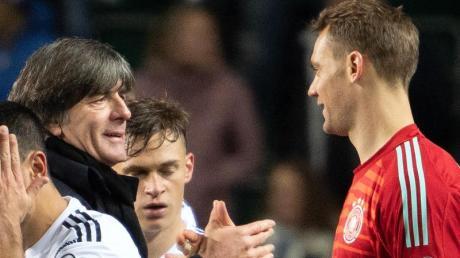 Bundestrainer Joachim Löw (l) plant aktuell für die EM 2020 mit Manuel Neuer (r) als Nummer 1. Foto: Federico Gambarini/dpa