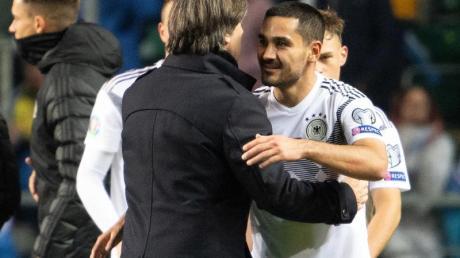 Gut gemacht: Bundestrainer Joachim Löw beglückwünscht Torschütze Ilkay Gündogan. Foto: Federico Gambarini/dpa