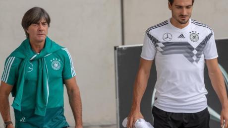 Die Rufe nach einer Rückker von Mats Hummels (r) in die Nationalmannschaft werden lauter. Foto: Peter Kneffel/dpa