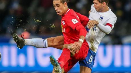 Zog sich im Spiel gegen RB Leipzig einen Nasenbeinbruch zu: Herthas Niklas Stark (r). Foto: Andreas Gora/dpa