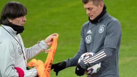 Sieht die DFB-Elf um Bundestrainer Joachim Löw (l) noch nicht als EM-Favorit: ToniKroos.