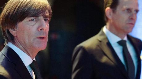 Bundestrainer Joachim Löw (l) und Oliver Bierhoff bei der Auslosung zur Nations League.