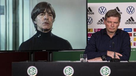 Wird zur moralischen Instanz: Bundestrainer Joachim Löw (l) wurde per Video zur Pressekonferenz des DFB geschaltet.