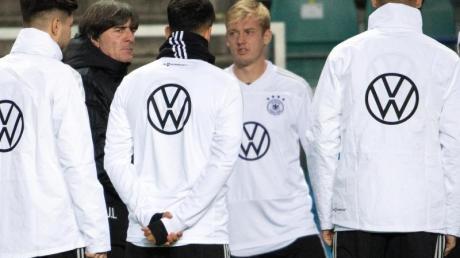 Bundestrainer Joachim Löw (2.v.l.) hat seinen XXL-Kader für die nächsten drei Spiele beisammen.