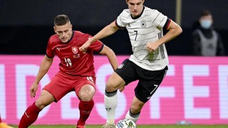 Florian Neuhaus (r) hat schon gegen Tschechien das Trikot der DFB-Elf getragen.