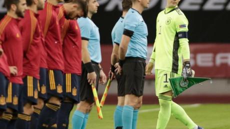 Absolviert sein 96. Spiel als Torhüter des DFB-Teams: Manuel Neuer beim Wimpeltausch vor dem Spiel gegen Spanien.