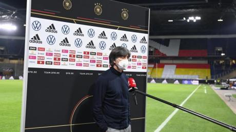 Redebedarf: Bundestrainer Joachim Löw steht nach der Blamage gegen Nordmazedonien Rede und Antwort.