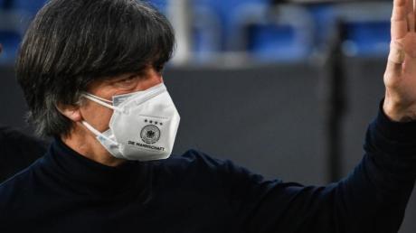 Steht nach der Pleite gegen Nordmazedonien erneut in der Kritik: Bundestrainer Joachim Löw.