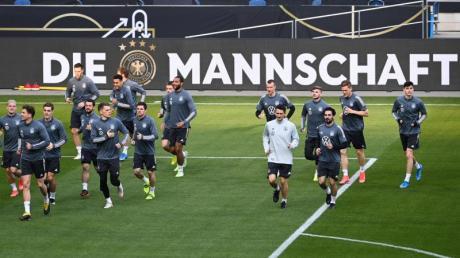 Bundestrainer Löw kann wahrscheinlich 26 Spieler mit zur Fußball-EM nehmen: Die Mannschaft beim Training.
