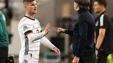 Bundestrainer Joachim Löw (r) kann auf einen breiten Kader bei der EM bauen.