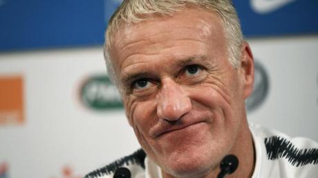 Didier Deschamps, Trainer der französischen Fußballnationalmannschaft, beantwortet auf einer Pressekonferenz Fragen von Journalisten.