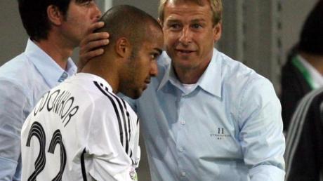 Vor der WM 2006 holten Bundestrainer Jürgen Klinsmann (r) und Joachim Löw David Odonkor in den DFB-Kader.