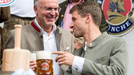 Karl-Heinz Rummenigge (l) und Thomas Müller auf dem Oktoberfest in München.