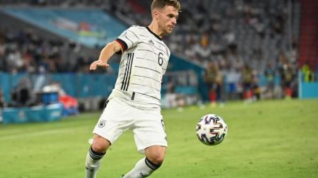 Joshua Kimmich kontrolliert den Ball.